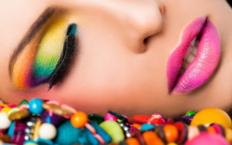 girl-makeup-beads-fashion-wallpaper-1680x1050_fi2s